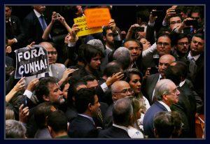 Deputados protestam contra Eduardo Cunha durante sessão de cassação do seu mandato. Foto Orlando Brito