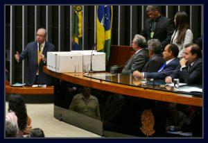 Observado pelos deputados, Izalci Lucas, Beto Mansur, Waldir Maranhão e Rodrigo Maia, Eduardo Cunha se defende na tribuna de honra da Câmara. Foto Orlando Brito