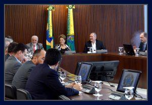 No dia em que a Câmara dos Deputados aceitava o pedido de impeachment contra ela, a presidente Dilma Rousseff faz reunião com minisros e parlamentares de sua base aliada do Planalto. Foto Orlando Brito